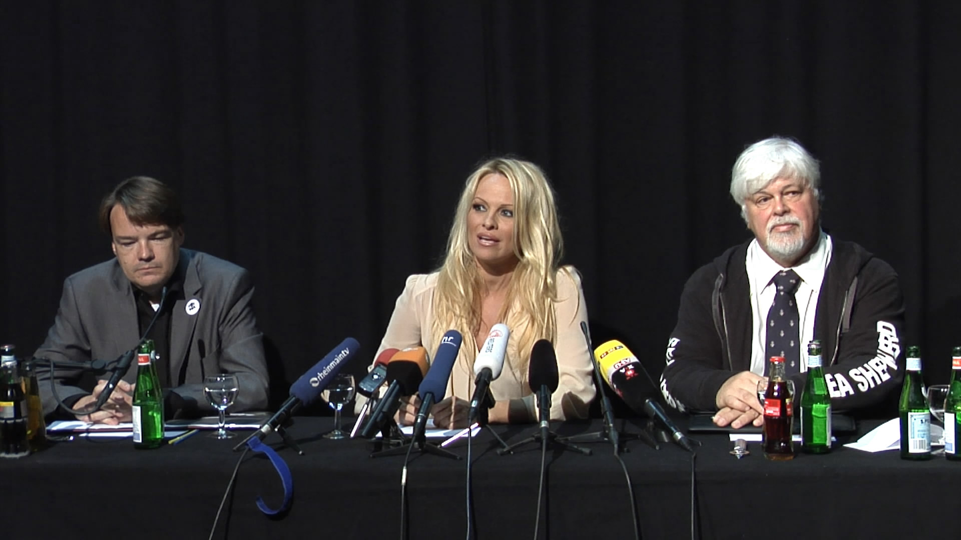 2012-06-13-Pamela-Anderson-press-conference.mp4_snapshot_00.24_2012.06.16_09.26.44