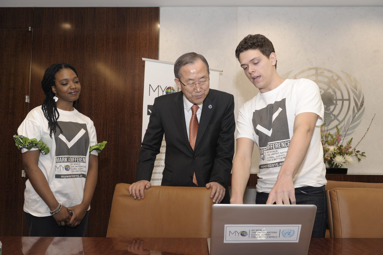 Secretary-General Ban Ki-moon meets MY World Volunteers.