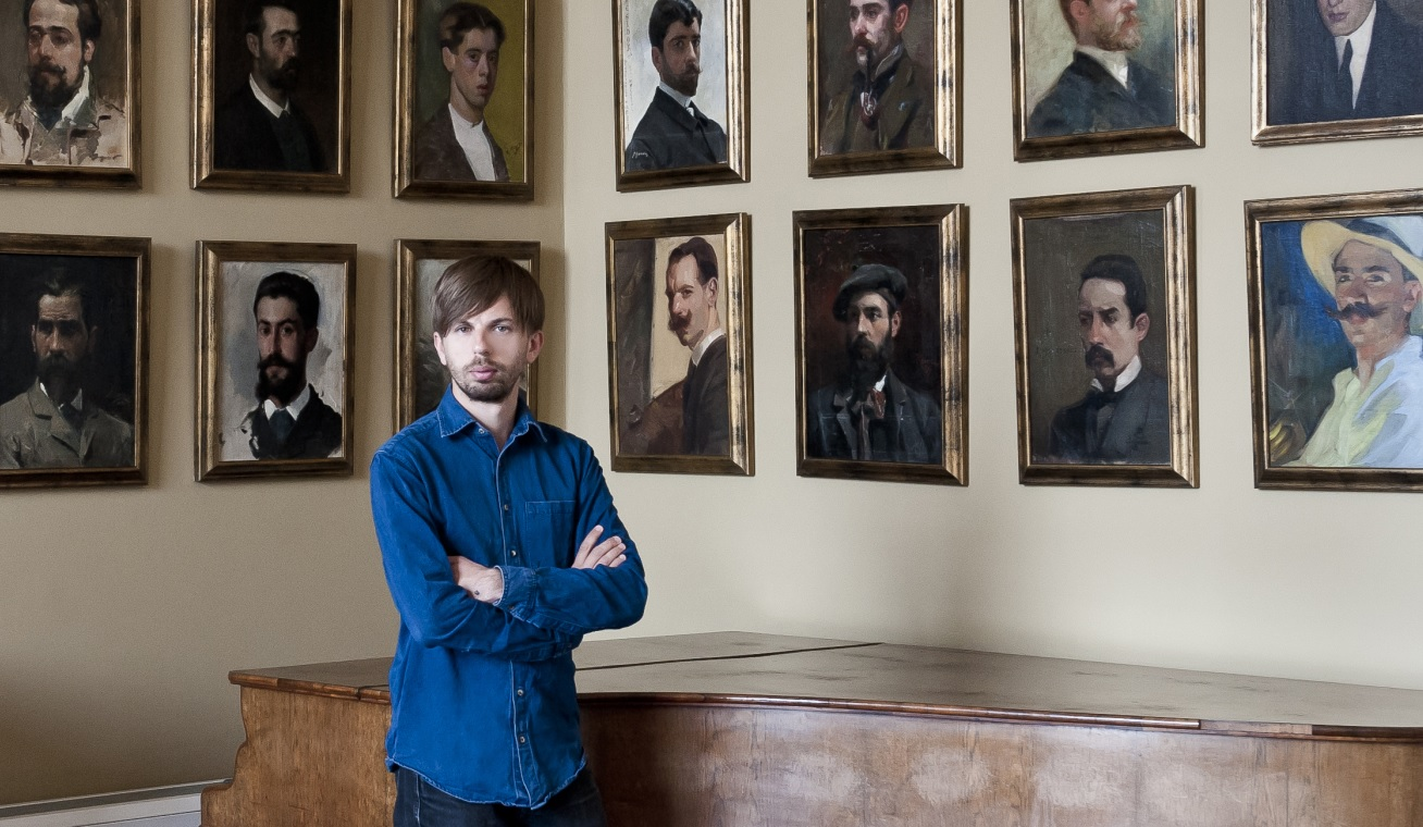 Valerio Rocco Orlando, Self-Portrait in the Hall of Portraits at the Real Academia de España en Roma, 2012. Ph. Sebastiano Luciano