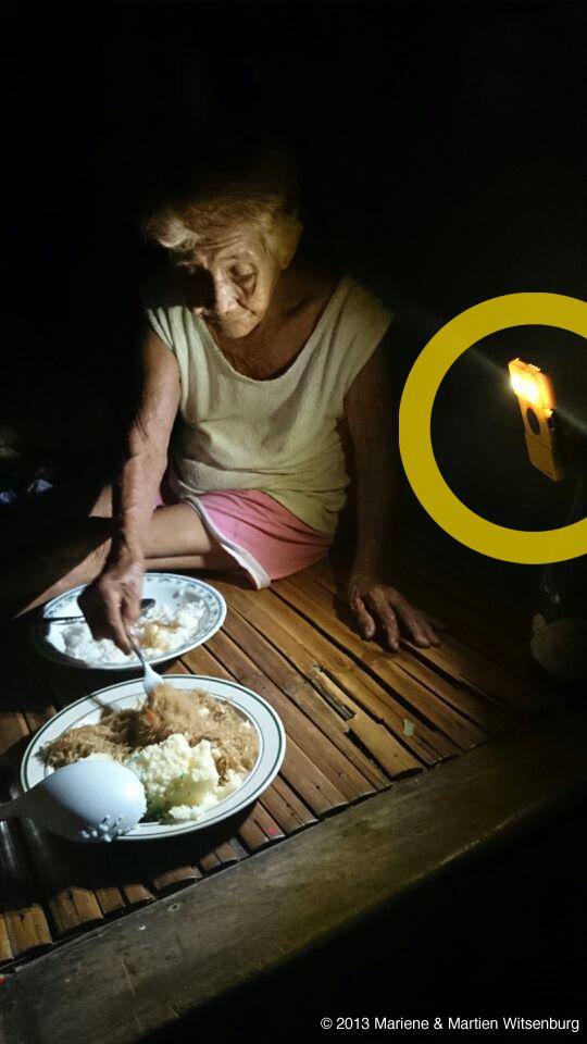 WakaWaka_Philippines_Eating_©_2013_Mariene_&_Martien_Witsenburg