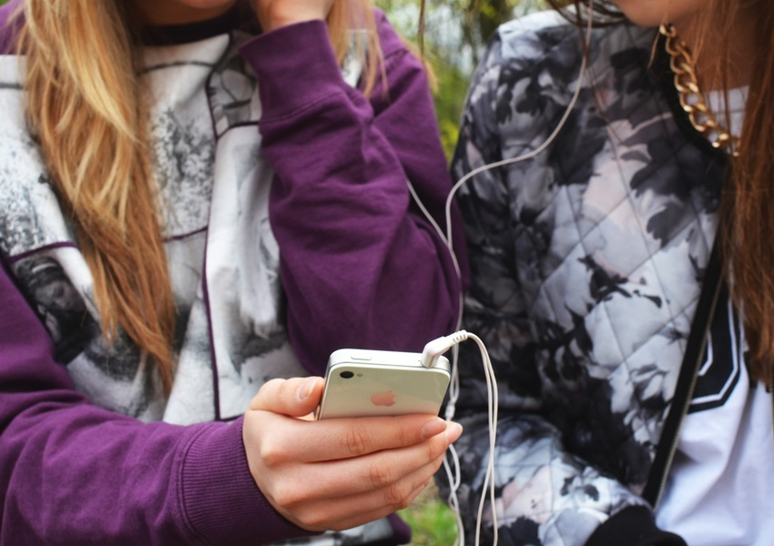 people-hand-iphone-smartphone-impakter-social-media