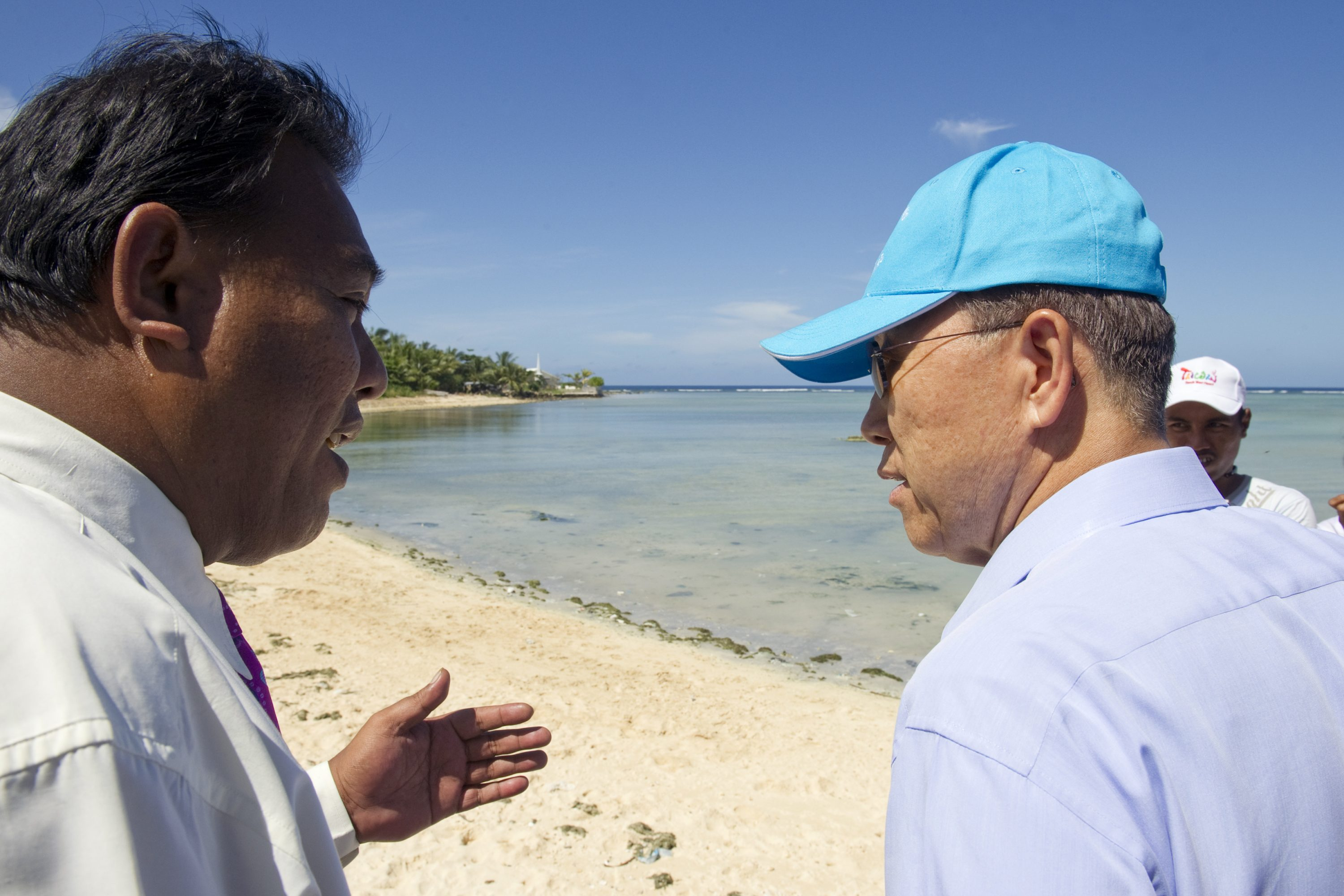 Secretary-General watch high tide in Bairiki.