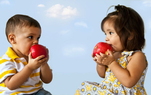 latino-children-eating-apples