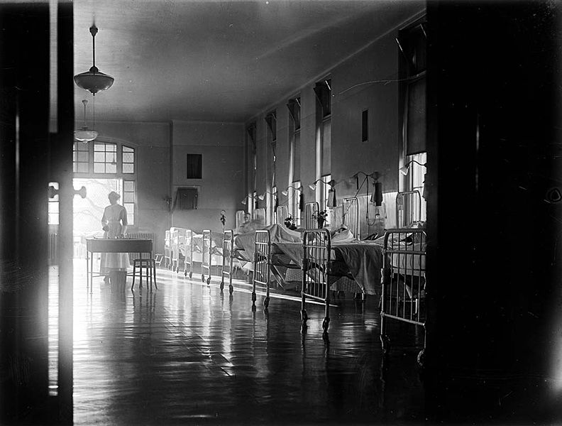 792px-Interior_of_Toronto_General_Hospital,_with_nurse,_1913
