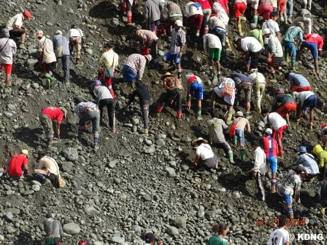 KDNG - Jade pickers working in Hpakant
